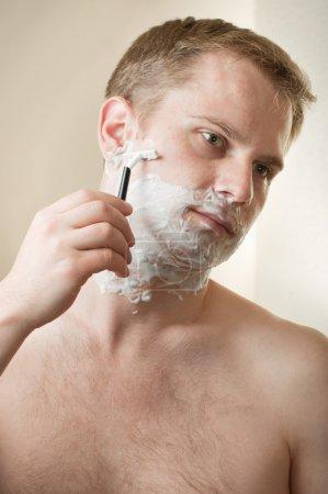一名年轻男子剃须的肖像_高清图片_邑石网
